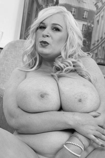 Nun welcher gut aussehende Lover könnte gerne die reife Mami anal ficken?