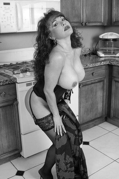 Nun welcher kräftige Lover will die sexy Hausmutti anal knallen?
