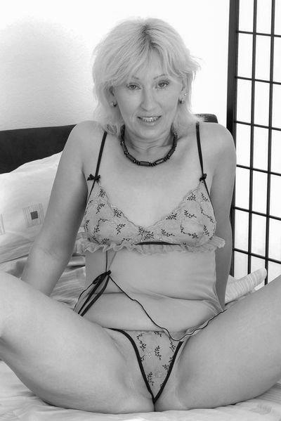 Nun welcher potente Bettgenosse will heute eine fickinteressierte Bitch anal bumsen?