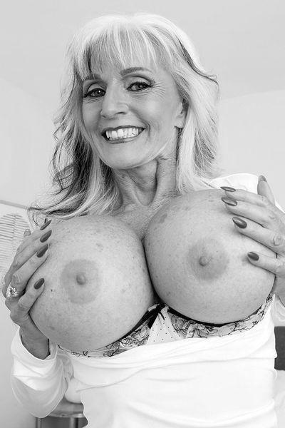 Nun welcher umschwärmte Geliebte will gerne diese heisse Fickfrau von hinten poppen?