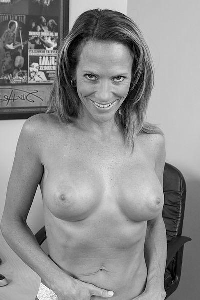So welcher rasierte Womanizer würde gerne diese sexreife Mama flachlegen?