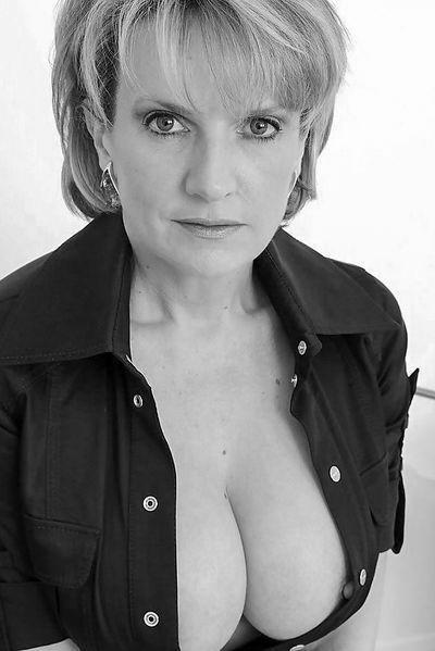 Welcher charmante Sexfreund will mal diese gerne bumsende Fickfrau durchbumsen?