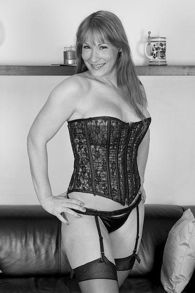 Welcher gesunde Casanova kann heute diese aufgeschlossene Bumsfrau von hinten bumsen?