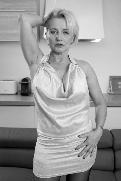 Welcher initiative Traummann will sofort diese sexgeile Hausfrau von hinten bumsen?