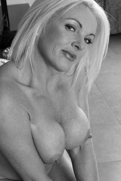 Welcher intim rasierte Sexfreund kann sofort diese liebeshungrige Bumsoma anal bumsen?