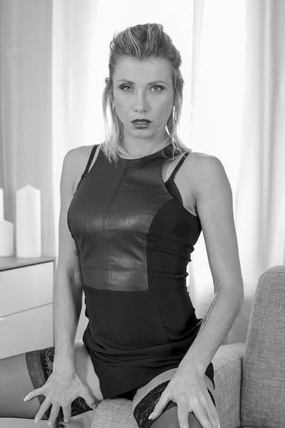 Welcher potente Womanizer kann jetzt dieses notgeile Sexbitch anal poppen?