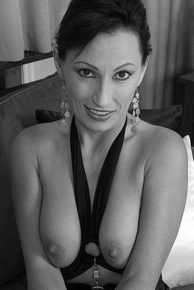 Nun welcher attraktive Lover könnte heute eine totalrasierte Bitch von hinten poppen?