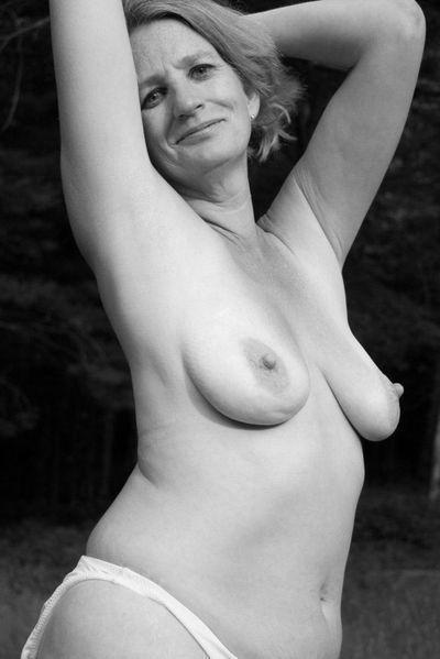 Nun welcher gepflegte Geliebte könnte gerne diese feuchte Fickfrau flachlegen?