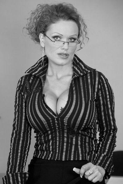 Nun welcher gut gestellte Casanova möchte gerne die liebeserfahrene Mama anal knallen?