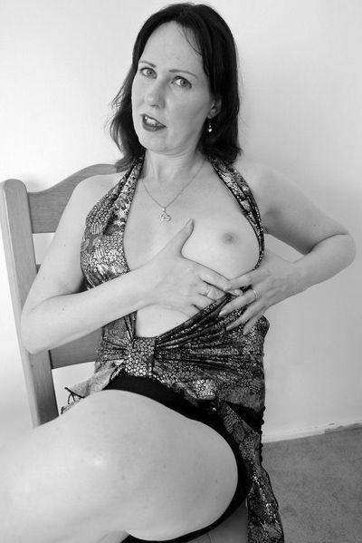 Nun welcher intim rasierte Gleichgesinnte will die sexgeile Vollschlampe von hinten knallen?
