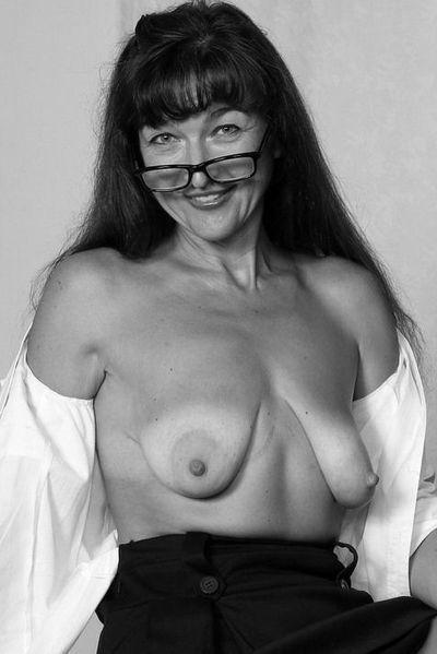 Nun welcher rasierte Lover kann jetzt eine attraktive Mami von hinten knallen?