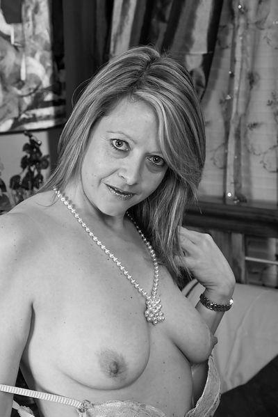 So welcher gut angezogene Partner könnte eine leckere Fickfrau von hinten poppen?