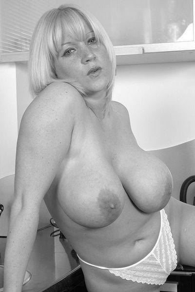 Welcher anerkannte Freund will diese sexhungrige Fickoma von hinten poppen?