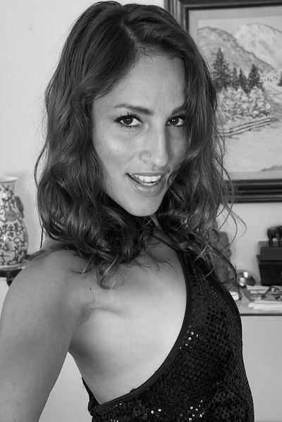 Welcher anerkannte Lover könnte gerne diese hübsche Singlefrau von hinten poppen?