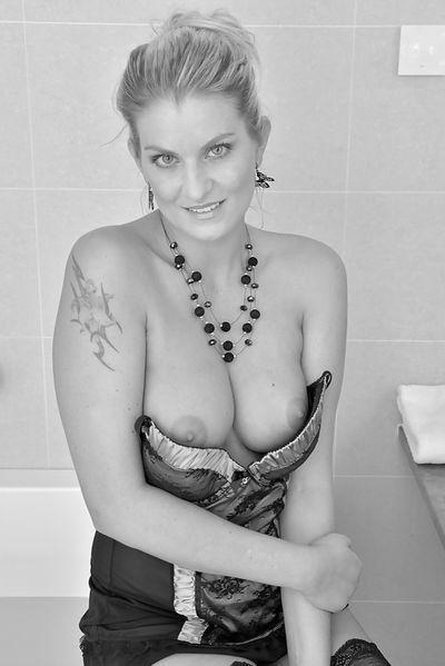 Welcher bärtige Freund will sofort diese attraktive Fickfrau knallen?