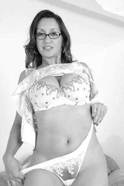 Welcher belesene Liebhaber würde gerne diese offenherzige Bitch anal bumsen?