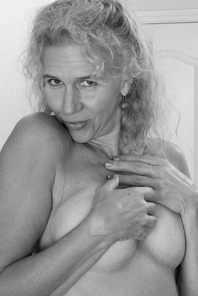 Welcher coole Sexfreund kann jetzt die halbwegs hübsche Fickoma begrapschen?