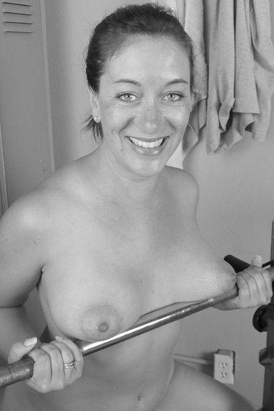 Welcher glatzköpfige Geliebte würde jetzt die fickgeile Sexmilf anal ficken?