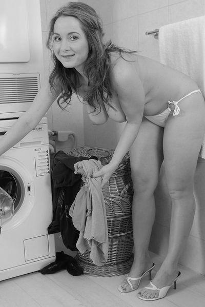 Welcher ruhige Spielgefährte kann heute diese humorvolle Ehefrau von hinten poppen?